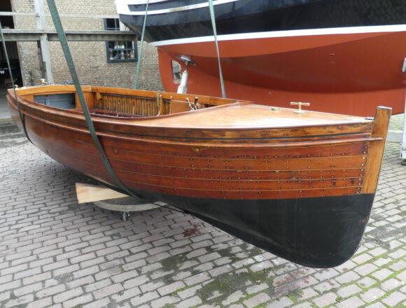 Te koop Klassiek Mahonie houten motor sloep ca. 100 jaar oud, clincker build en voorzien van prachtig brons beslag